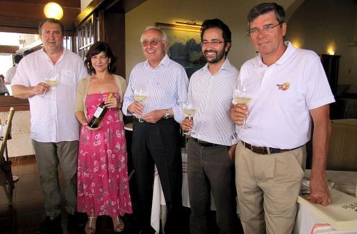 Ramón Servalls, Lola Olmo, Sebastià y Carlos Rubí y Ramón Vaca, en la presentación del vino.