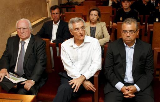 En primer plano, Román Sanahúja, Bartomeu Vicens y Miquel Àngel Flaquer. Detrás, Miquel Nadal y Maria Antònia Munar, todos en el banquillo de los acusados durante el juicio por Can Domenge.