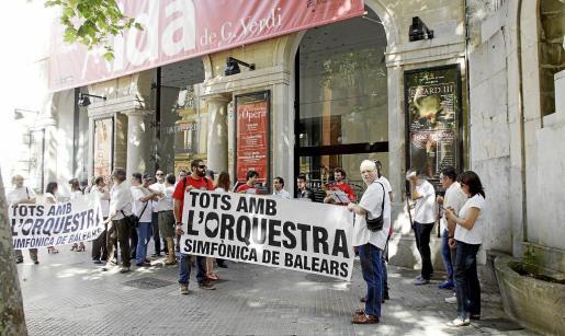 Músicos de la Simfònica protestaron la pasada semana ante las puertas del Teatre Principal por el impago de las nóminas del mes de mayo.
