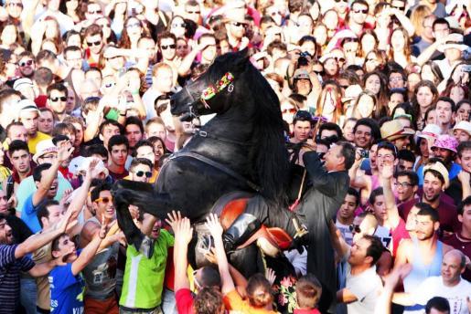 Tres minutos después de las siete, cavalls y cavallers comenzaron a desfilar ante el Ajuntament en la Plaça des Born invitando a la gente a ver los Jocs des Pla que se iban a celebrar más tarde.