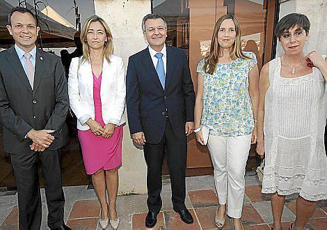 Juanjo Pons, Salomé Cabrera, el presidente del Consell, Santiago Tadeo; Pilar Pons Faner y Joana Barceló.