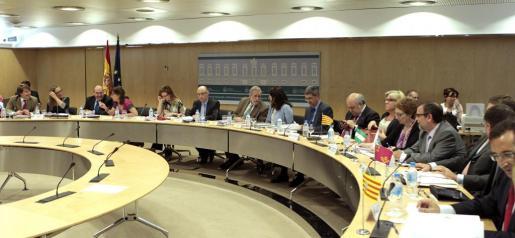 El ministro de Hacienda, Cristóbal Montoro (6i), al inicio de la reunión del Consejo de Política Fiscal y Financiera (CPFF), que se ha celebrado en Madrid.