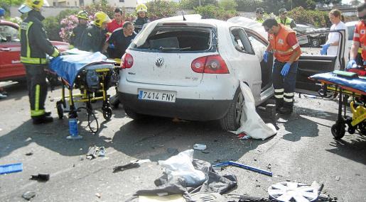 Los sanitarios y bomberos atendieron a los dos ocupantes del Golf que cruzó la mediana y aterrizó sobre otro coche.