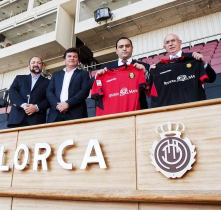 Se cumplirá un año de esta imagen en la que Roberto Borge y Serra Ferrer sostenían las camisetas del Mallorca.