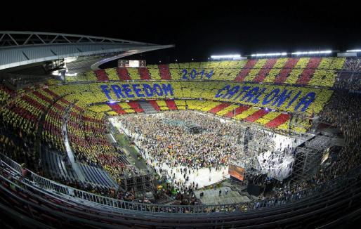 Gran número de personas en el estadio Camp Nou de Barcelona, que acogió el denominado 'Concert per la Llibertat'.