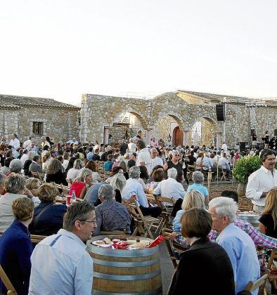 El entorno, con los viñedos de Macià Batle en Santa Maria al claro de luna, determinó la fragancia de la velada.