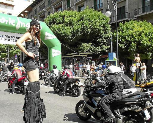 La actuación de artistas zancudos, escupefuegos y contorsionistas llenó de animación la salida en la Avinguda Jaume III.