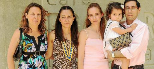 Mari Carmen de Juan, Rosa Maria Cuerda, Marián Barceló, Victor Fernández y la pequeña Claudia.