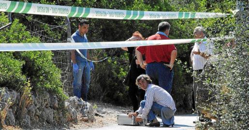 El forense Javier Alarcón y miembros de la Policía Judicial, buscando indicios en el lugar de los hechos. Fotos: VASIL