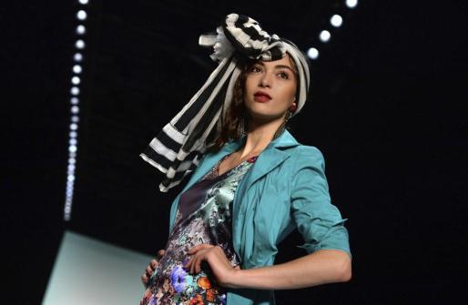 Una modelo luce una creación de la diseñadora alemana Anja Gockel durante un desfile de la Semana de la Moda de Berlín.