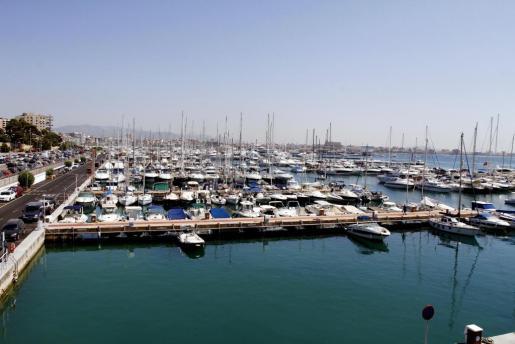El Club de Mar extiende sus pantalanes a lo largo del Passeig Marítim con amarres para más de cien metros.