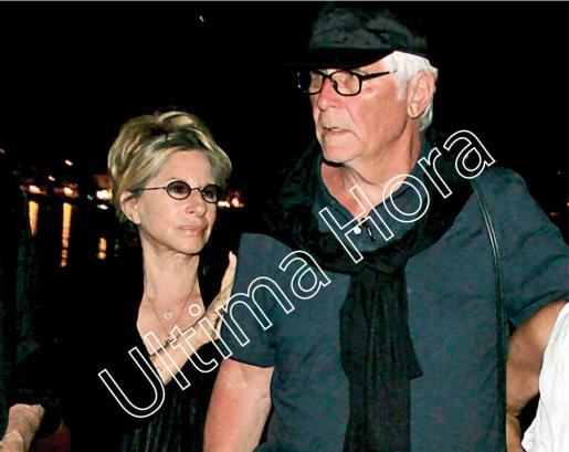 Barbra Streisand, cogida de la mano de su marido, James Brolin, tras salir de un restaurante del Port de Sóller.