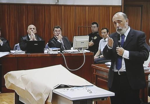 Fotografía tomada del monitor de la sala de prensa de la Audiencia Provincial de Córdoba del antropólogo forense Francisco Etxeberria (d), durante su declaración en el juicio del 'caso Bretón¡.