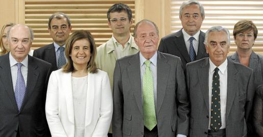 El Rey, acompañado de la ministra Fátima Báñez, se reunió ayer con la Comisión Permanente del Consejo Económico y Social (CES).