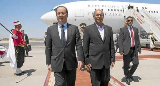 El escándalo del espionaje en Francia coge al presidente François Hollande de visita oficial a Túnez.