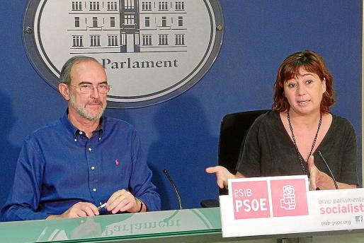 Antoni Diéguez y Francina Armengol, ayer en el Parlament, explicando su propuesta.