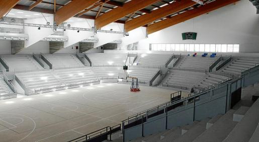En la imagen, el pabellón de Son Moix. A la izquierda, la nueva piscina. Fotos: TERESA AYUGA