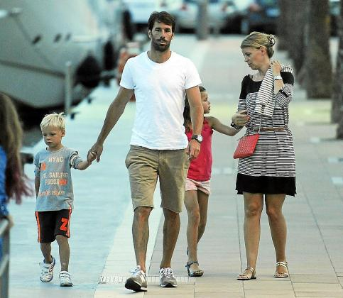 Van Nistelrooy y familia, paseando por Puerto Portals.