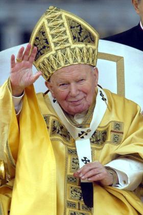 Fotografía de archivo tomada el 25 de diciembre de 2002 que muestra al Papa Juan Pablo II saludando a los fieles reunidos en la Plaza de San Pedro, en la Ciudad del Vaticano.