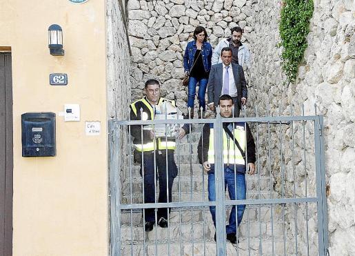 El fiscal Pedro Horrach y la policía, en el registro de la casa de Nadal.