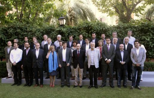 """El líder del PSOE, Alfredo Pérez Rubalcaba (c), posa en la foto de familia momentos antes del inicio de la reunión del Consejo Territorial con los """"barones"""" de su partido."""