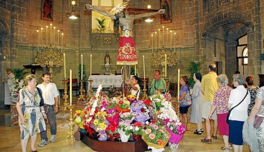 Durante el triduo, el Crist de la Sang se sitúa a los pies del altar mayor.