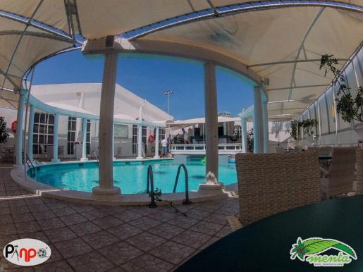 La piscina de Disco Menta, rodeada de terrazas.