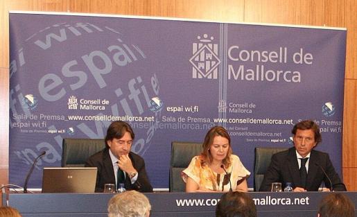 Imagen de la rueda de prensa ofrecida ayer. De izquierda a derecha, Mauricio Rovira, María Salom y Mateo Isern.