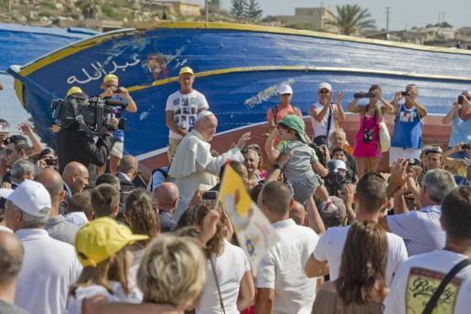 Francisco bendice a los fieles durante su visita a la isla de Lampedusa.
