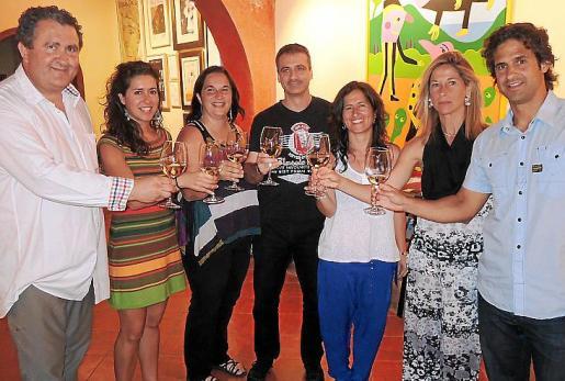 Ramón Servalls brinda con los componentes de Cap pela: Esther Barceló, Sofia Domènec, Guillem Ramon, Carol Domènech, Begoña de la Iglesia y Joaquim Domènech.