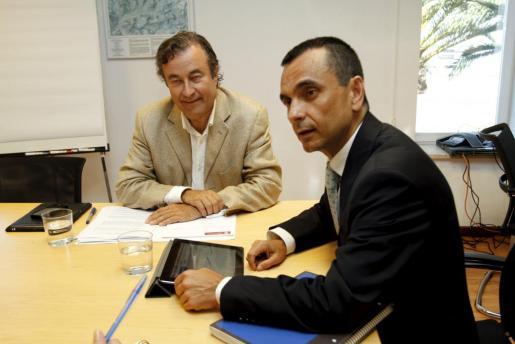 El presidente de la Cámara de Comercio, Joan Gual de Torrella (izq.) y el conseller d'Economia, Joaquín García.