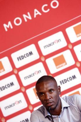 El nuevo jugador del AS Mónaco, el francés Eric Abidal, ofrece una rueda de prensa durante su presentación.