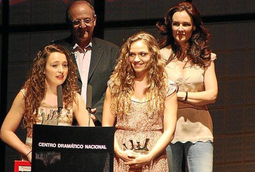 Marina Collado y Joana Sureda agradecen el premio ante Emilio Gutiérrez Caba y Silvia Marsó.