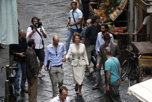 """La actriz italiana Sophia Loren (centro dcha.) rueda una escena de la película """"La voz humana"""", en una calle de Nápoles."""