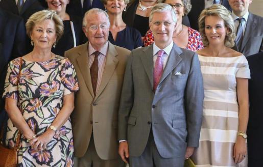 Los reyes de bélgica, el príncipe Felipe y su mujer, Matilde, en una recepción en el palacio de Laeken (Bruselas).