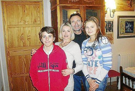 Andreu hijo, con su padre, Inna y su hija Iulia.