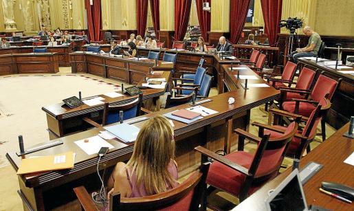 Los escaños del Govern y del PP, medio vacíos en el pleno extraordinario y urgente de ayer. Fotos: PERE BOTA