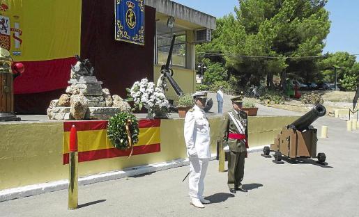 El jefe del Sector Naval, Roberto Ortiz, junto al comandante general de Baleares, Casimiro Sanjuan. Fotos: G. ALOMAR