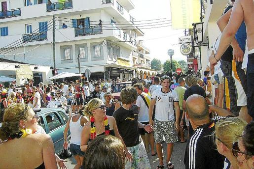 Imágenes de archivo de Cala Rajada donde se concentra mucha gente de fiesta.