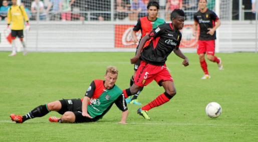 El centrocampista del Real Mallorca Thomas supera a un adversario en un lance del encuentro disputado ayer por los de José Luis Oltra ante el conjunto holandés del NEC.