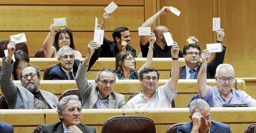 Los diputados de la Izquierda Plural han exhibido en el pleno del Congreso sobres en los que estaba escrita la frase «Gobierno, dimisión».