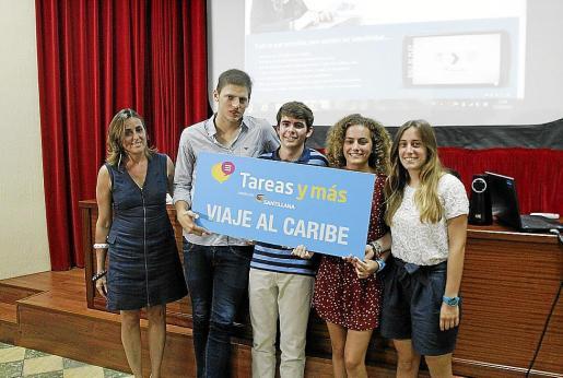 Algunos ganadores en el momento de recibir el premio, ayer en Montesión.