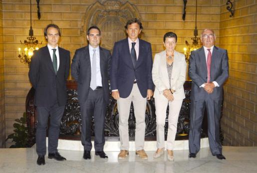 El alcalde de Palma, Mateo Isern (centro), rodeado de los representantes de las empresas que hoy se han adherido a la Fundación Turismo Palma de Mallorca 365.