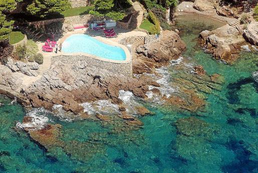 Vista aérea de la piscina de Ramírez en la Costa dels Pins.