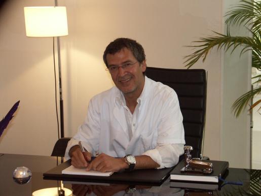 El doctor Alberto Morano dirige la clínica de medicina estética que lleva su nombre.