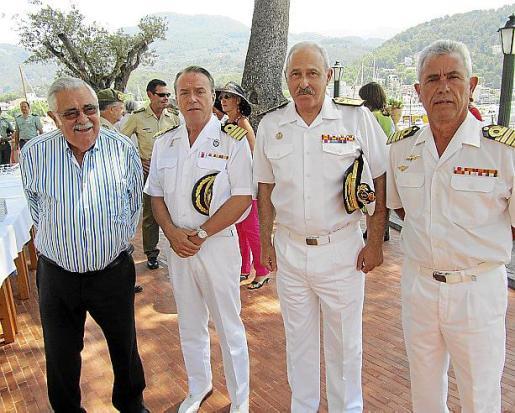 El lunes, coincidiendo con la fiesta del Carmen también, se celebró la entrega de mando al nuevo jefe de la Base. En la foto Pere A. Serra, el nuevo responsable Manuel Caridad, el almirante Gonzalo Sirvent y el comandante saliente, Francisco Arenas, después del acto militar.