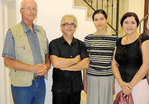 El artista con Morten Müller, Tanya Dvoobgal y Aina Aguiló, nueva responsable del Museu de Pollença.