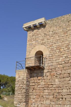 El acero inoxidable de la barandilla de la Torre de Portopetro ha sido oscurecido por orden del Consell. Fotos: GEFB