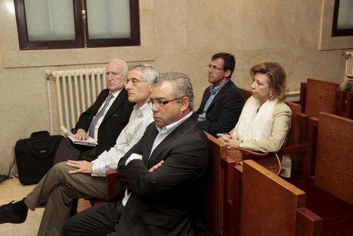 Los acusados, a excepción de Santiago Fiol, en el banquillo.