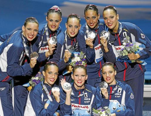 Las 'sirenas' españolas Alba Cabello, Ona Carbonell, Sara Levy, Marga Crespí, Thais Henríquez, Meritxell Mas, Paula Klamburg y Clara Basiana posan con la medalla de plata lograda ayer en la prueba de rutina libre por equipos. El equipo español de natación sincronizada ha logrado un total de seis medallas y hoy tiene la oportunidad de lograr la séptima.